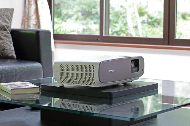 画像: 大画面体験が、リビングをエンタメ空間に変える。BenQ「HT3550」は、リビングシアターの理想的アイテムだ!【4K DLPの魅力に密着 その1】 - Stereo Sound ONLINE