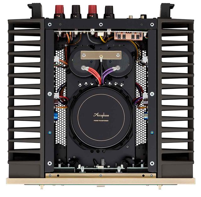 画像: ↑中央の電源部を挟みこむように、左右に増幅回路と巨大なヒートシンクを配置。電源部は大型トロイダルトランスと巨大な電解コンデンサーで構成されている。電解コンデンサーの容量もアップし、従来モデルのA-47の56,000μF×2から60,000μF×2になった