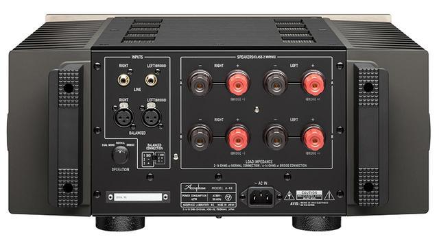画像: ↑スピーカー端子は大型のターミナルを2系統装備し、入力端子にアンバランスとバランスを備えているのは、アキュフェーズのステレオパワーアンプの文法通り。入力切替えスイッチは本体前面にあり、AVシステムとピュアオーディオシステムとの融合もたやすく図れる