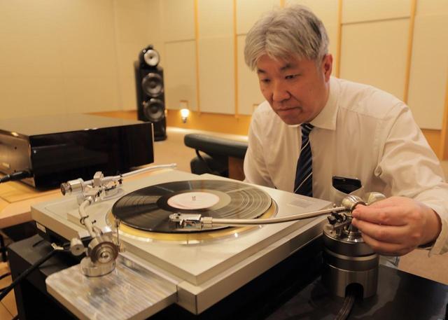 画像: IT407SSは同社が試聴用に用意した金属製の重量級ベースに取り付けて設置した状態で聴いた。