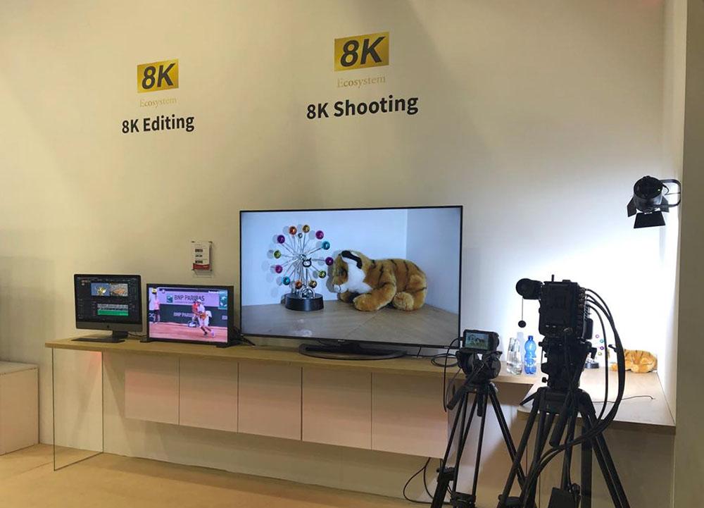画像1: シャープは「True 8K + 5G」を強く訴求した。5G通信機能を持った120インチ8K液晶テレビや、ダイナブックの8K化は面白い【御法川裕三のIFA2019散策 その3】