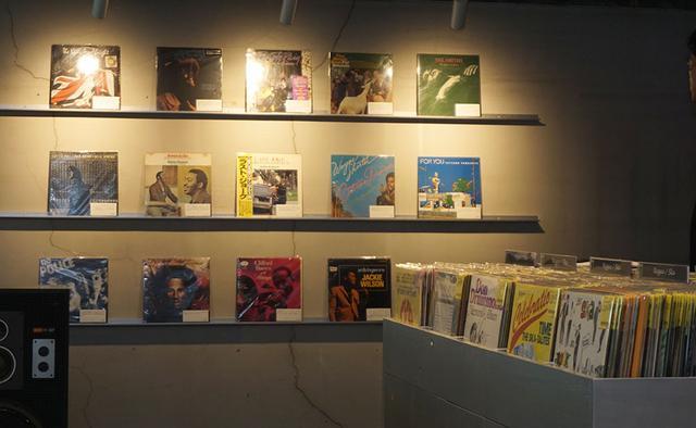 画像: B4Fの「ginza paradise record」には、メンバーのお気に入りの一枚とその思い出が展示されている。右側のラックに入っているレコードは購入も可能