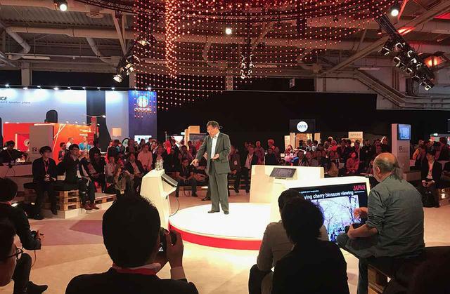 画像: 「IFA NEXT」ブースでプレゼンを行なう経済産業省商務情報政策局長、Keita Nishiyama氏。今回のスポンサードは経産省・JETROによるものだった