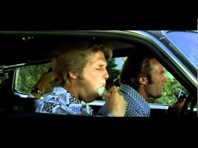 画像: THUNDERBOLT AND LIGHTFOOT サンダーボルト 1974年 監督/脚本マイケル・チミノ 撮影フランク・スタンリー 音楽ディー・バートン 出演クリント・イーストウッド、ジェフ・ブリッジス、ジョージ・ケネディ、ジェフリー・ルイス 派手な手口で知られる銀行強盗サンダーボルトと、新たにコンビを組んだ若者ライトフット。彼らのヤマを狙って、悪党が割り込んでくるが・・・。『ダーティハリー2』の脚本で認められた監督チミノのデビュー作。 www.youtube.com