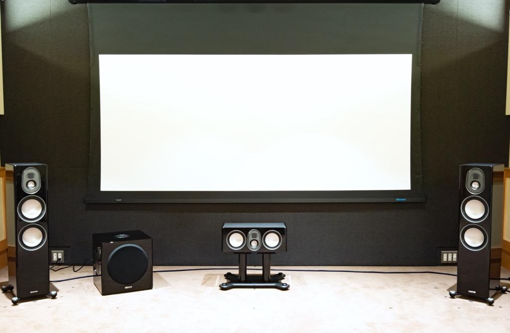 画像: Setting1:HiVi視聴室では、リファレンススピーカーとして同じモニターオーディオの上位製品群、プラチナムシリーズⅡの7.1Chを使っていることもあり、その基準位置に準じてGold 5Gシリーズの7.1Chシステムをそのままセットした。写真のセンタースピーカー用スタンドは、PLC350Ⅱ/PLC150Ⅱ向け別売り品(PL CENTRE STAND Ⅱ。¥80,000+税)で、Gold C250-5Gでもそのまま使用可能だ
