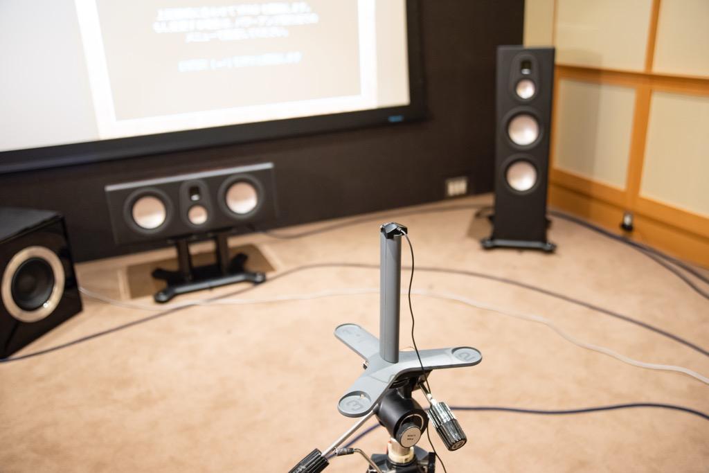 画像: ヤマハAVセンター搭載の自動音場補正機能YPAOは、いくつかのグレードがあるが、アベンタージュの上位モデル(CX-A5200/RX-A3080/RX-A2080)にはその最上グレードの「YPAO 3D補正」(各スピーカーの距離と角度、プレゼンス/オーバーヘッドスピーカーの高さを自動計測し、立体的に補正)と「64ビットプレシジョンEQ」(64ビット処理のイコライジング)、「YPAO-R.S.C.」(初期反射音をより緻密に測定するモード)が組み合わさっている。Y字型マイクスタンドが付属する