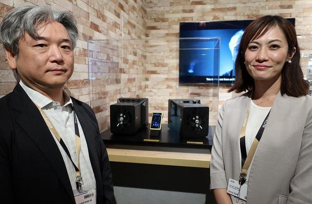 画像: 解説していただいたV&S事業本部商品設計部門商品技術1部の加来欣志氏(左)とホームAV商品企画課の尾木加奈子氏(右)