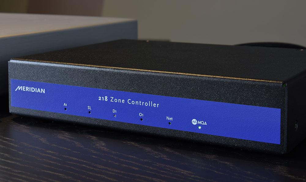 画像: メリディアンの単体D/Aコンバーター「Meridian 218」。定価¥125,000(税別)ながら、11.2MHzのDSDやMQAデコード機能を備えた注目モデルだ。MQAデコード時には本体右端のLEDが点灯する