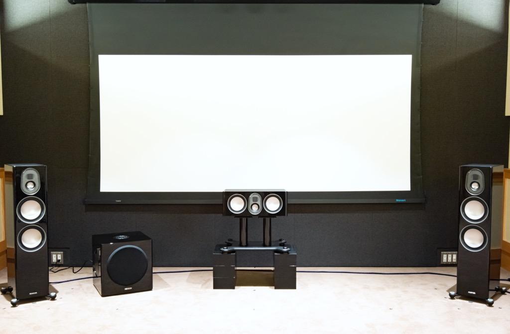 画像: Setting2:画面はスチュワートのシネスコスクリーンを使用しているが、画面とセンターチャンネルとの音の乖離が激しいので、センタースピーカーをスタンドごと30cm上げた。視聴室常備のパイオニア製ウッドブロック(CP-200、生産完了)を左右3個ずつ重ねた