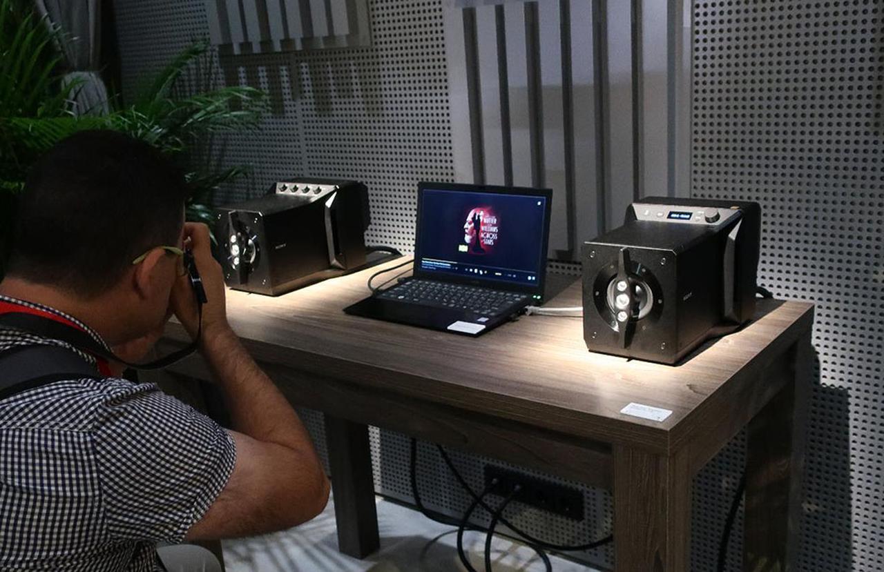 画像: ブース内に設置された特設オーディオルーム。静粛性が高いので、ニアフィールドで聴く高品位パワードスピーカーの実力が余すところなく聴けた