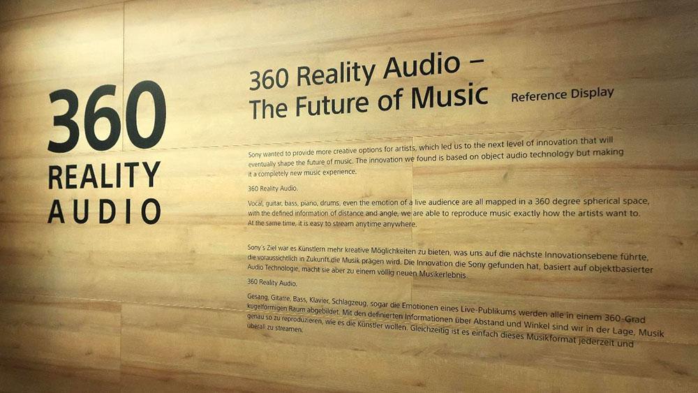 画像: ブースの壁面にある。360 Reality Audioの解説