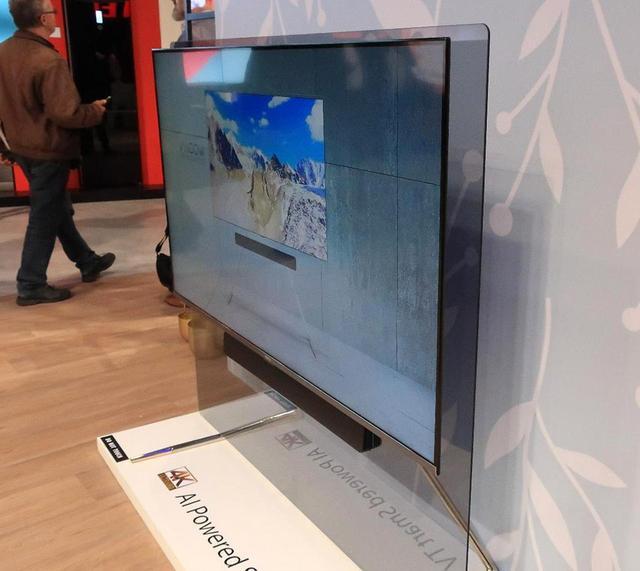 画像: ガラスで背後を覆った、その名も「GLASSYTV」