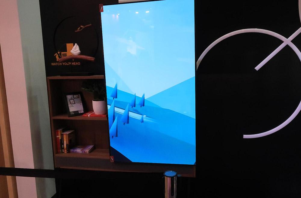画像: 棚を後ろに持った可動テレビ
