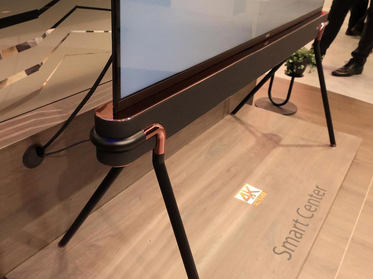 画像: 「スマートセンター」というテレビ。エッジ処理が特徴的だ