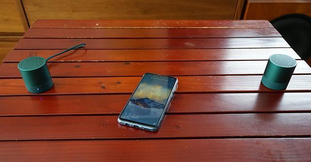 画像: 2台の「Mini Speaker」を使ってステレオ再生も試した。再生機は「P30 lite」を使用