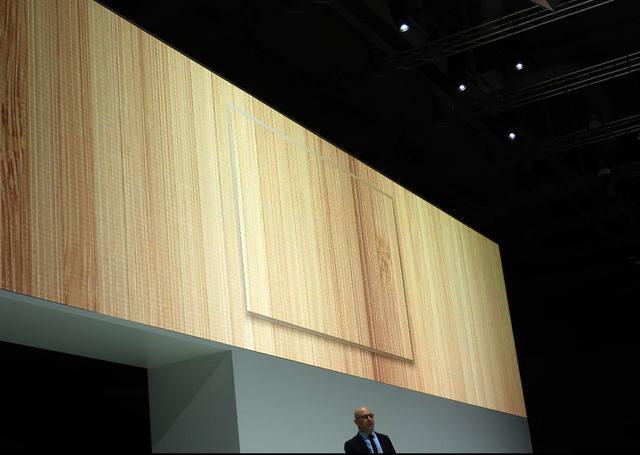 画像: 壁紙を撮影し、そのファイルを表示する「壁紙ディスプレイ」テレビ。プレス・カンファレンスにて
