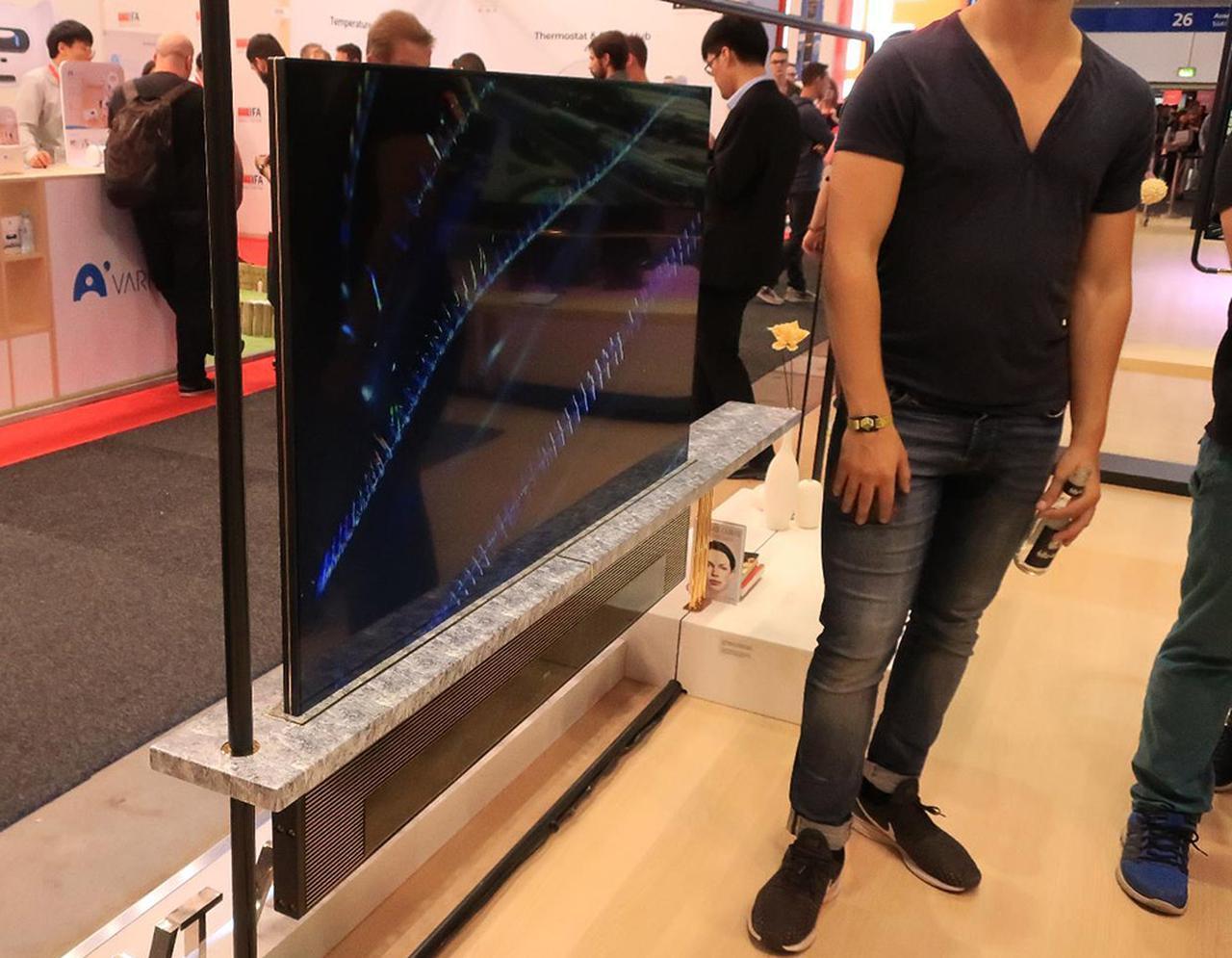 画像: 表と裏にディスプレイ。ダブルスクリーンテレビ