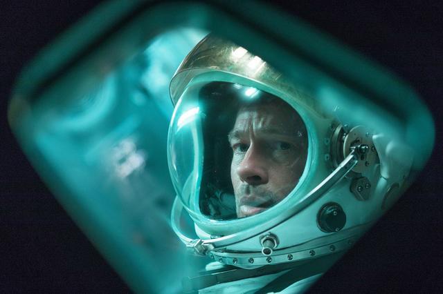 画像: ブラッド・ピットが初のSFに挑戦した『アド・アストラ』。トミー・リー・ジョーンズは、16年前に宇宙で消息を絶った彼の父親を演じている