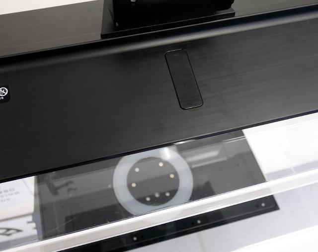 画像: 転倒防止スタンド(GX855)。スタンド裏に設置された吸盤が置台と密着して倒れにくくなるという仕組み