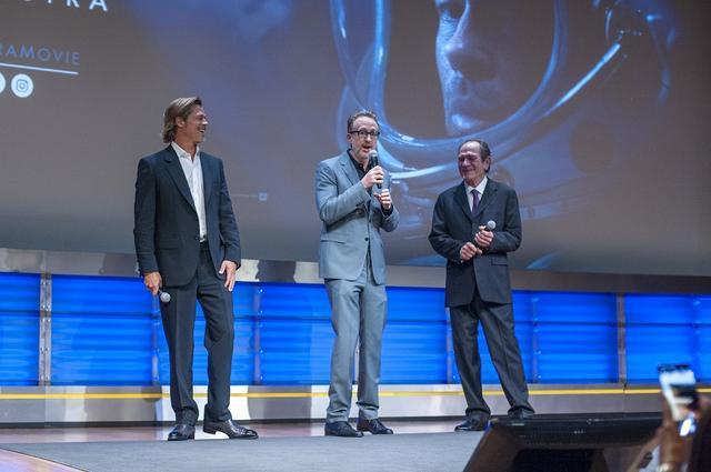画像: 同じくスペシャル・スクリーニング時。左からブラッド・ピット、ジェームズ・グレイ監督、トミー・リー・ジョーンズ