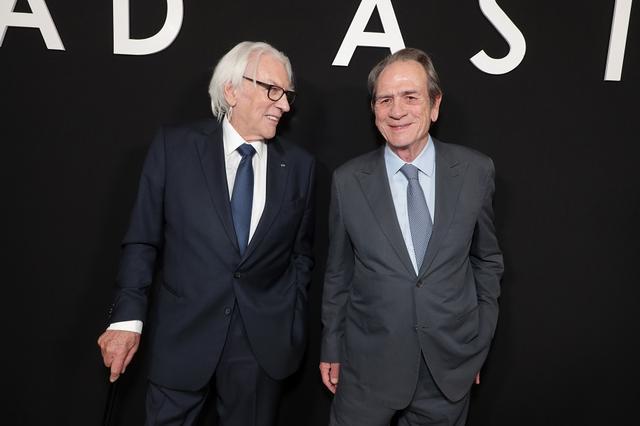 画像: ドナルド・サザーランド(左)、トミー・リー・ジョーンズ(右)