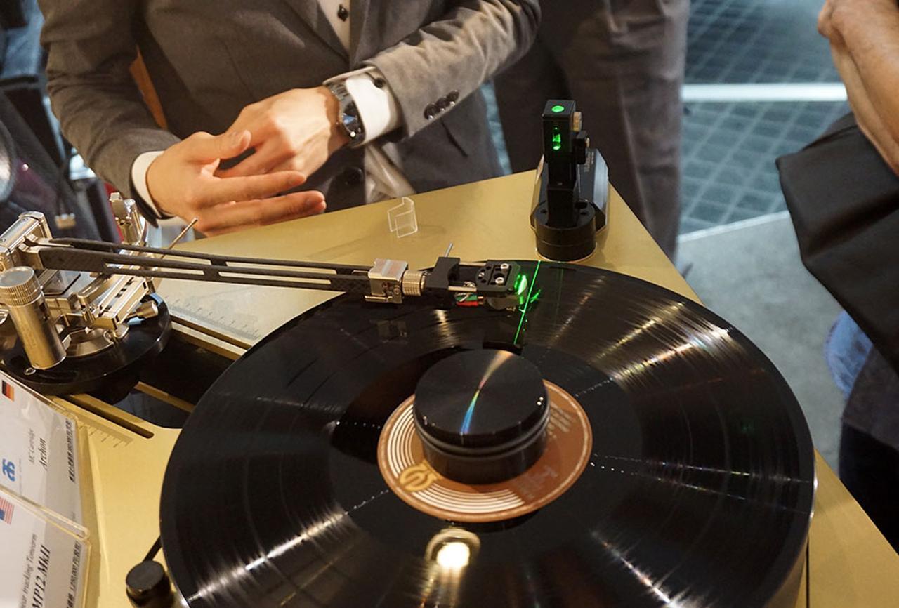 画像: ARM-MP12MKⅡのnレーザー・タンジェント・ツールを使ったデモ。緑色のレーザー光に沿って針先がスムーズに動いていた