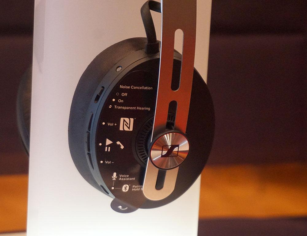 画像: 右側のイヤーパッドには各機能の操作ボタンを搭載する。写真は機能紹介用のシールをと貼り付けた状態です