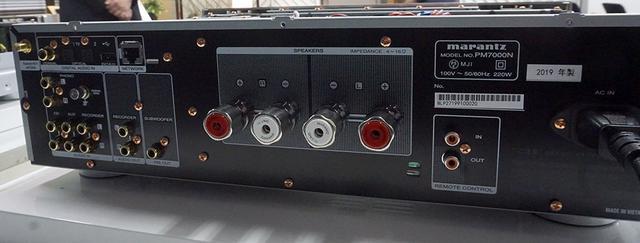 画像: 背面端子部。アナログ入力は3系統、デジタル入力は光が2系統と同軸1系統となる