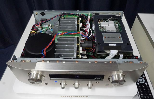 画像: PM7000Nの内部構造。写真右側のシールドボックスの中にデジタル回路が納められている。上側に見えているのはネットワークを受け持つHEOSの基板で、これは同社製品で共通のものとか
