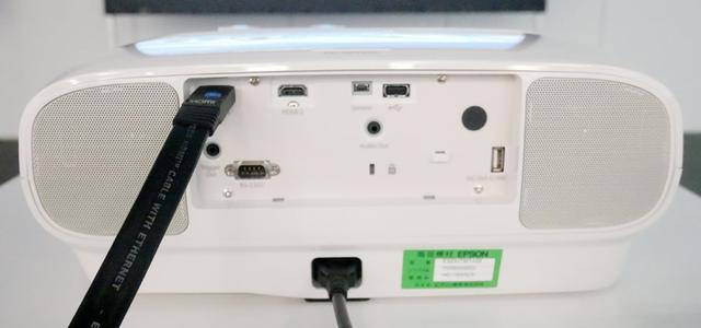 画像: TW7100の背面。両端にスピーカーを内蔵している