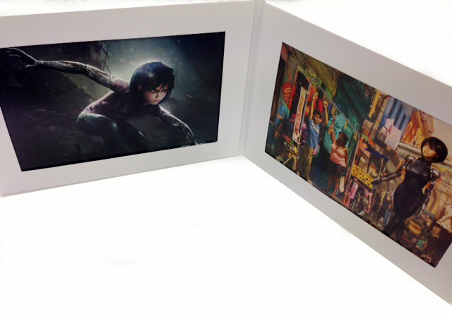 画像: プレゼント品は、ランダムにセレクトされた2枚のビジュアルシートが写真のようにセットされている
