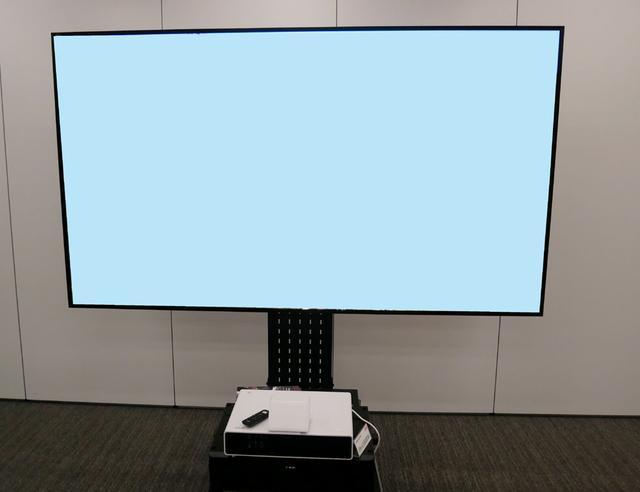 画像: EH-LS500の発売に合わせて取り扱いを開始する高輝度スクリーン。100インチでゲインは0.9だ