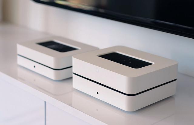 画像: 左奥がワイヤレスミュージックストリーミングアンプの「POWERNODE  2i」で、手前がCDリッピング機能も備えた上位モデル「VAULT 2i」