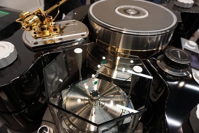 画像: 写真手前がモーター部で、ベルトドライブ方式で奥側の大型プラッターを回している