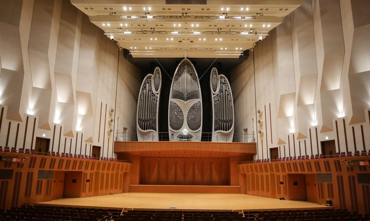 画像: 演奏者と比べる、巨大なパイプオルガンに圧倒される