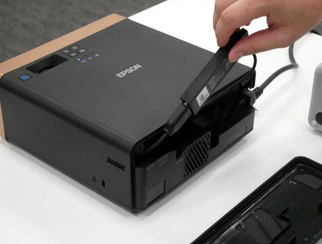 画像: エプソン、Android TVスティック同梱のホーム用液晶プロジェクター「EF-100BATV」「EF-100WATV」を12月19日に発売
