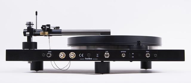 画像: Holboの背面。写真左からグランドとフォノ出力、エアー供給用のパイプをつなぐコネクターの順番で並んでいる。回転数の切り替えスイッチと電源も背面に備える