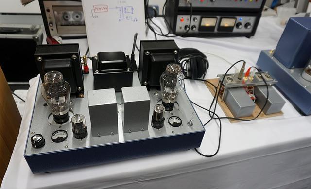 画像: 写真右側がUSB DACの試作モデル。PCとはUSBケーブルでつながれている