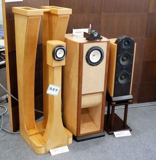 画像: ▲演奏中というタグのついた製品が「ブーツ」。高さは1310mm