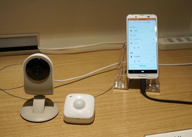 画像: こちらはKDDIと協業した「家電連携見守り機能」。シャープ製テレビや冷蔵庫、エアコン、空気清浄機などの動作状態をモニターし、その様子をスマホアプリに送ってくれる