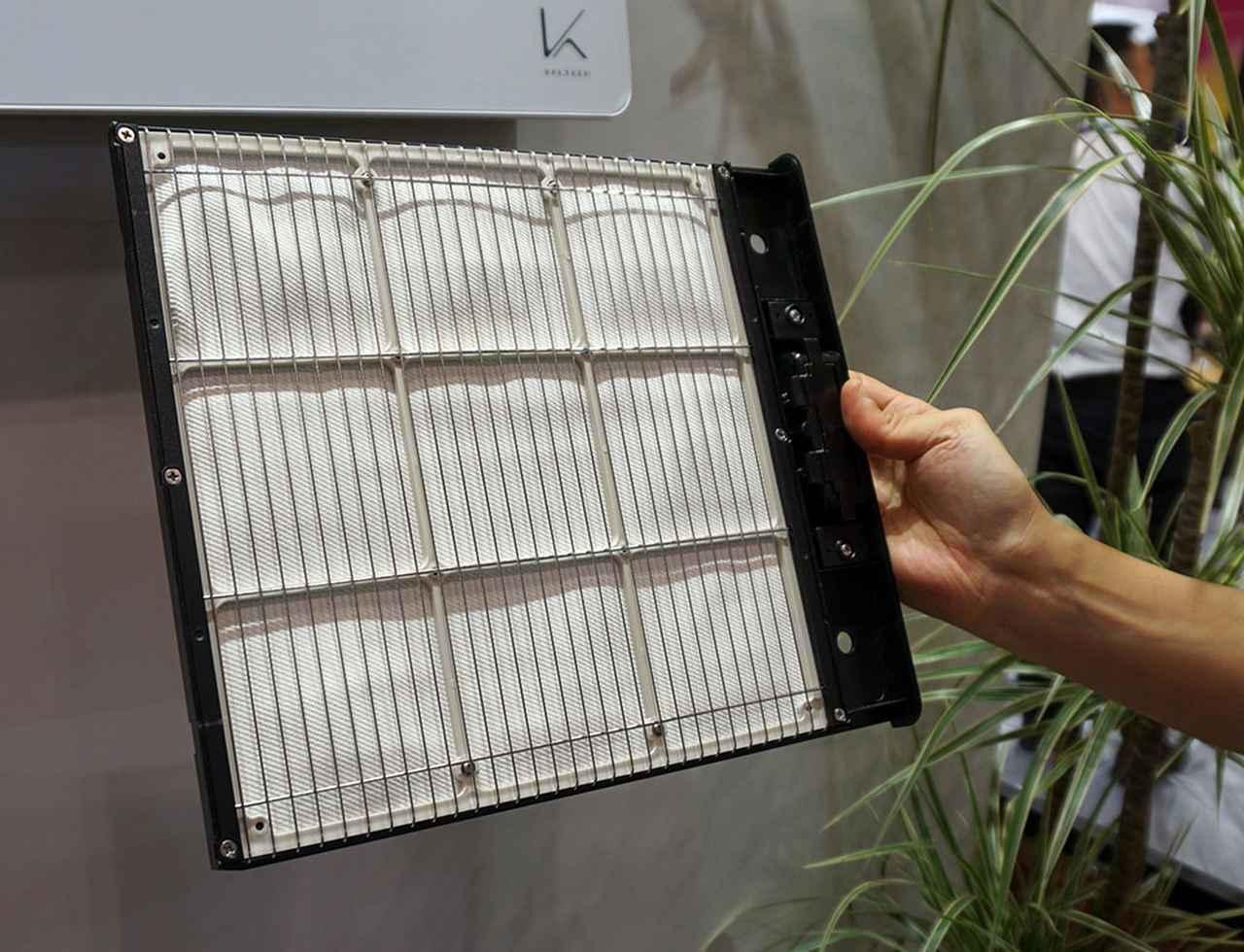 画像: 壁掛けタイプ「KL-W01」に搭載された光触媒フィルター。この表面を空気が通る際に雑菌や臭いの元を分解している