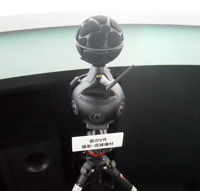 画像: ▲映像&音声収録用の機材。上部には19個のマイクがあり、22.2chの0.2chについては、200Hz以下の音声を抜き出して作っているという。カメラは6台の全周のカメラで撮影している