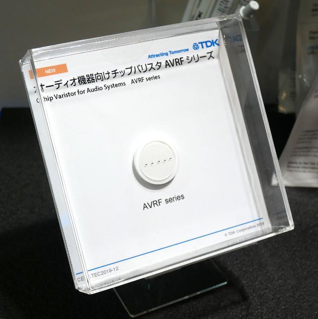 画像: ▲TDKブースでは、無線通信を利用したオーディオ機器のノイズを低減してくれるチップ「バリスタ」の展示&デモも行なわれていた。これを使うとイヤホンライン(ケーブル)に侵入してくるバズと呼ばれる雑音(ノイズ)を効率的に除去してくれるという