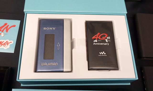 画像: 40周年限定モデルの「NW-A100TPS」。パッケージの左側が初号機をモチーフにしたソフトケース