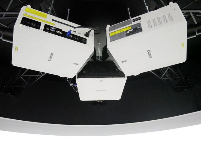 画像: ▲「音のVR」では、5台のプロジェクターを使って映像を投写していた
