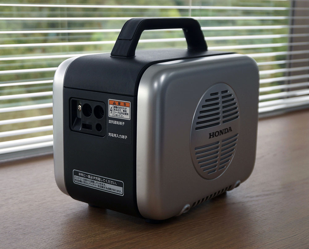 画像: 充電は付属のACアダプターを背面の端子につなぐだけと、とても簡単