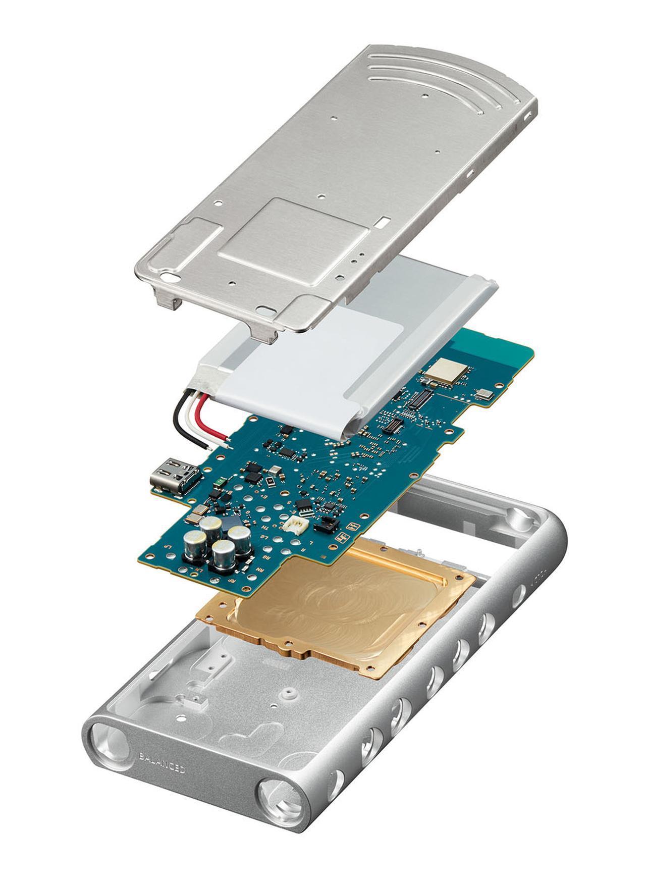 画像: NW-ZX500シリーズの構造図。本体シャーシはアルミブロックの削り出しで、下からふたつめが銅切削ブロック。このパーツが内部のグラウンドを安定させる効果を持つ