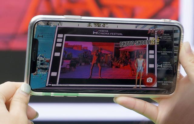 画像: 銭形に追われたルパンがスクリーンの外に飛び出してきたカット。ちゃんと画面の横に立っているのがいい!
