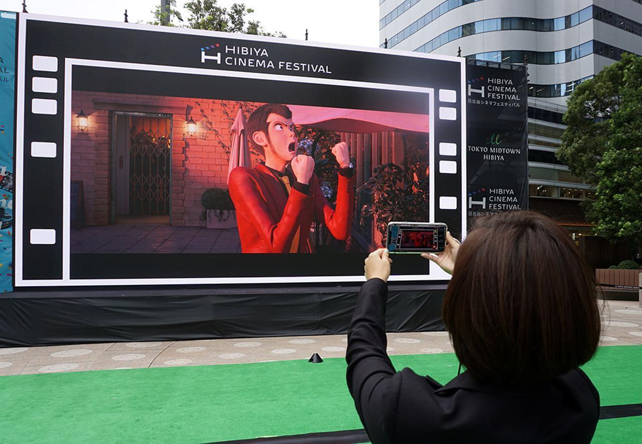 画像: 会場に設置された400インチの大型LEビジョンをスマホカメラで撮影すると、スマホ画面にARキャラクターが登場する仕組み