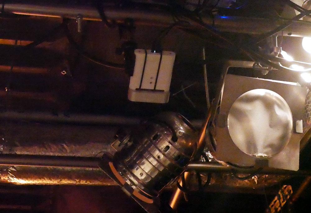 画像: ▲タブレットに位置を認識させるためのトラッキングマシン(白い箱状のもの)